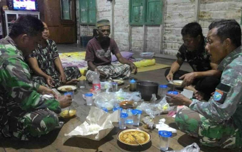 Personel TMMD makan bersama warga Desa Margo Mulyo, Kapuas.