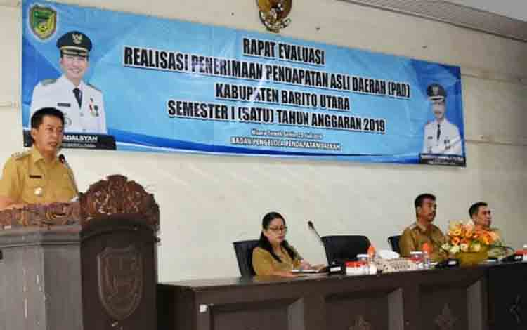 Bupati Barito Utara H Nadalsyah ketika memberikan sambutan dan arahan pada rapat evaluasi penerimaan Pendapatan Asli Daerah (PAD) semester I (Januari-Juni) tahun 2019 di aula Bappeda Litbang, Senin 22 Juli 2019.