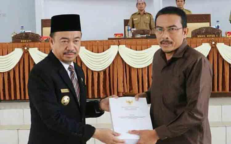 Wakil Ketua I DPRD Seruyan Norhasan (kanan) ketika menerima LKPJ dari Bupati Seruyan Yulhaidir, Senin 22 Juli 2019.
