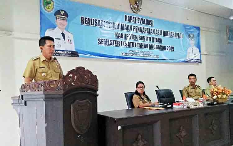 Bupati Barito Utara, H Nadalsyah saat memberikan arahan kepada perangkat daerah pada rapat evaluasi penerimaan PAD semester 1 tahun 2019 di aula Bappeda Litbang, Senin 22 Juli 2019 .