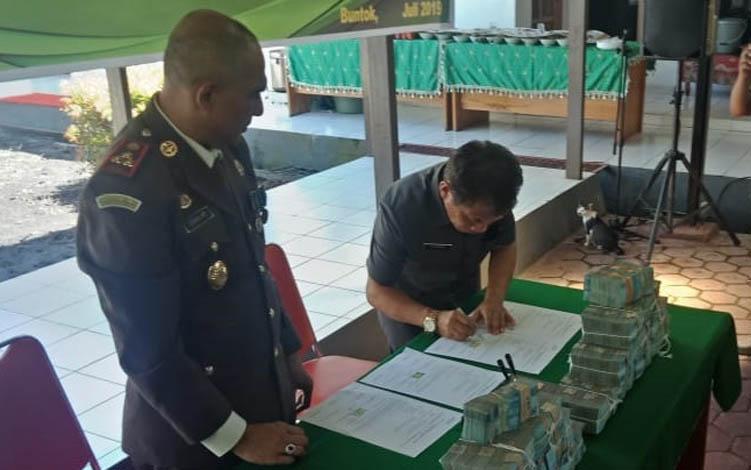 Pj Sekda barsel, Syahrani menandatangani berkas penyerahan uang daerah dari kejaksaan Negeri Barsel
