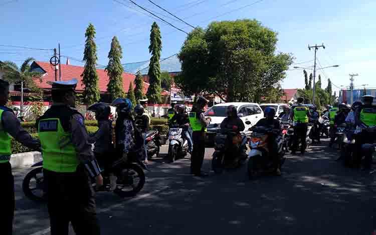 Polda Kalimantan Tengah menggelar razia perlengkapan surat kendaraan di Jalan K S Tubun, Kota Palangka Raya, Senin 22 Juli 2019.