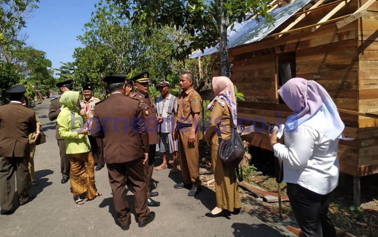 Kepala Kejaksaan Negeri Pulang Pisau bersama jajaran saat meninjau kegiatan bedah rumah di Kelurahan Pulang Pisau.