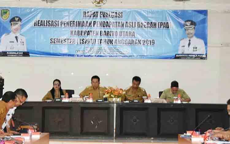 Bupati Barito Utara H Nadalsyah didampingi Wakil Bupati Sugianto Panala Putra ketika memimpin rapat evaluasi penerimaan Pendapatan Asli Daerah (PAD) semester I (Januari-Juni) tahun 2019, di aula BappedaLitbang, Senin 22 Juli 2019.
