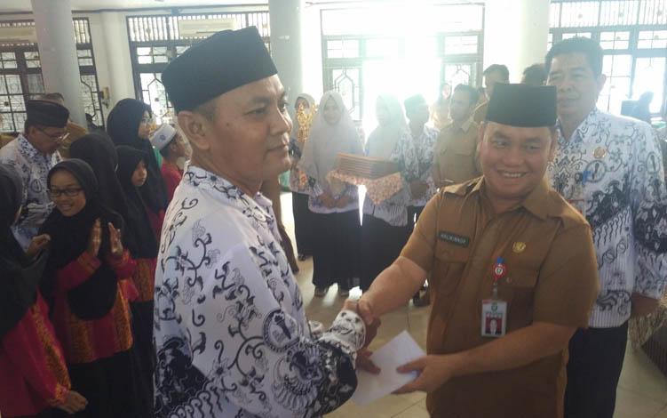 Sekretaris Daerah (Sekda) Kotim Halikinnor saat memberikan penghargaan kepada salah seorang perwakilan guru, Senin, 23 Juli 2019.