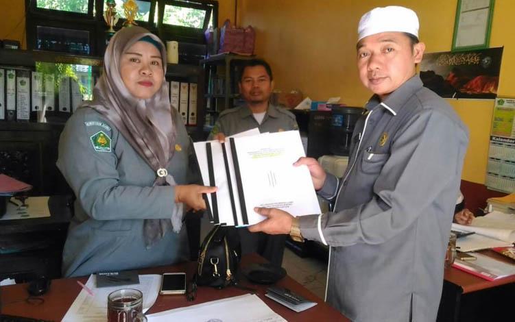 Kepala KUA Kapuas Murung Nabchan menyerahkan usulan 4 lokasi tanah wakaf ke Penyelenggara Syariah Kemenag Kapuas, Selasa, 23 Juli 2019.