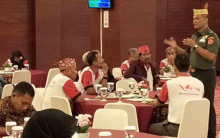 Brigjen TNI Tandyo Budi R (kanan beridiri) menyampaikan materi sosialisasi di Palangka Raya, Selasa, 23 Juli 2019.