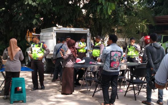 Jajaran Polda Kalteng menilang pengendara yang melintasi Jalan Ponogoro, Kota Palangka Raya, Selasa, 23 Juli 2019.