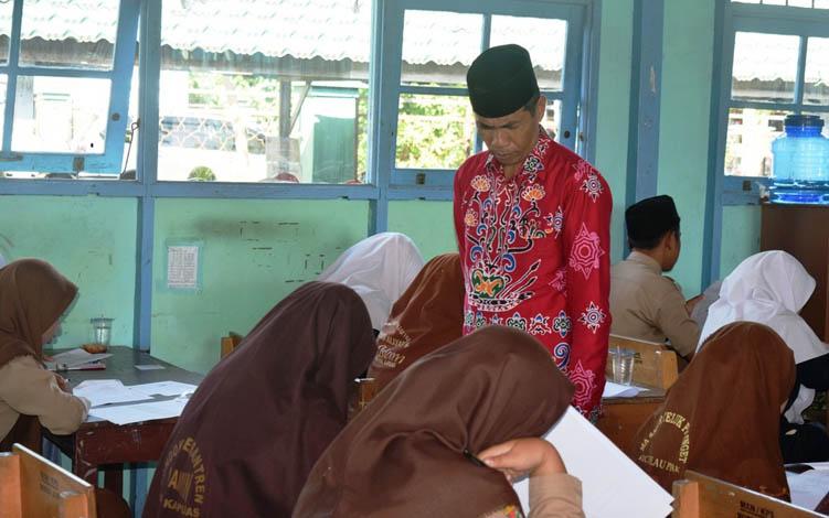 Kasi Pendidikan Madrasah Kemenag Kapuas Sajarwan memantau KSM di ruang kelas MAN Kapuas, Selasa, 23 Juli 2019.