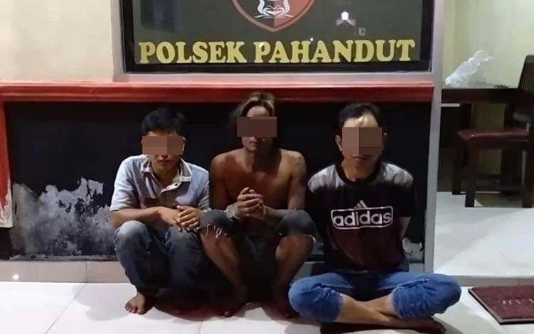 Tiga tersangka pelaku pencurian dan pemberatan di salah satu toko di Jalan Bukit Rawi, Pulang Pusau, diamankan polisi, Selasa, 23 Juli 2019.