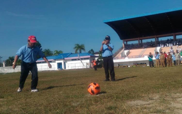 Pj sekda barsel, Syahrani menendang bola tanda dimulainya liga GSI