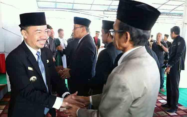 Bupati Seruyan Yulhaidir ketika memberikan ucapan selamat kepada pejabat yang baru dilantik di Pendopo Rujab Bupati, Selasa 23 Juli 2019.