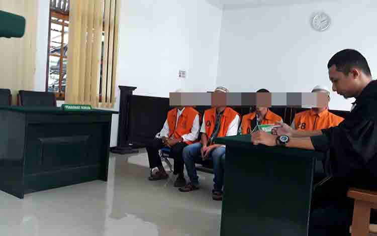 Empat terdakwa pengeroyokan saat menjalani persidangan di Pengadilan Negeri Pangkalan Bun, Selasa,  23 Juli 2019.