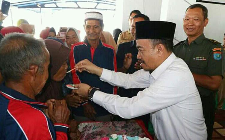 Bupati Seruyan Yulhaidir menyuapkan kue kepada salah seorang lanjut usia pada peringatan HLUN yang ke- 23, Senin, 23 Juli 2019.