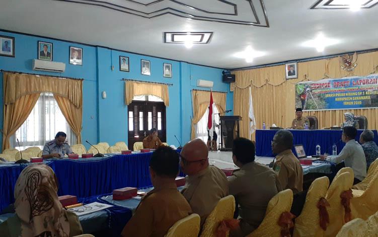 Bupati Sukamara, Windu Subagio saat membuka kegiatan ekspose PRTSP Pulau Nibung di aula Bappeda setempat.