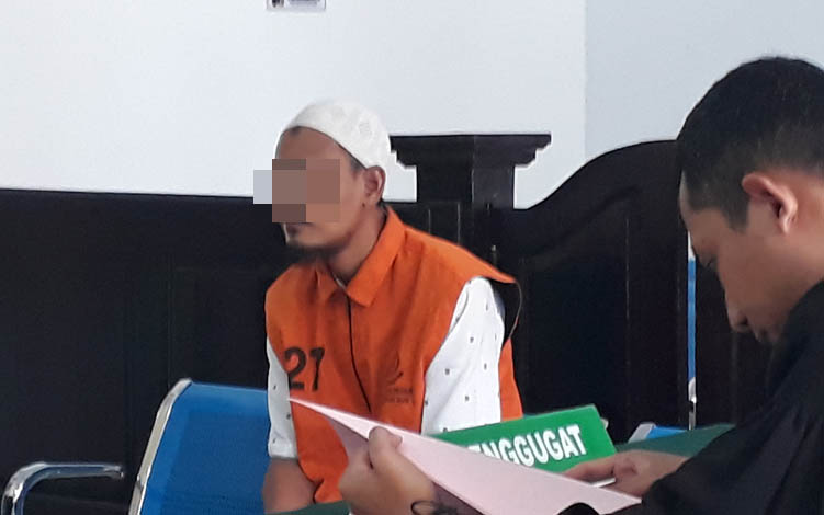 Terdakwa RE jalani persidangan di Pengadilan Negeri Pangkalan Bun, Selasa, 23 Juli 2019.