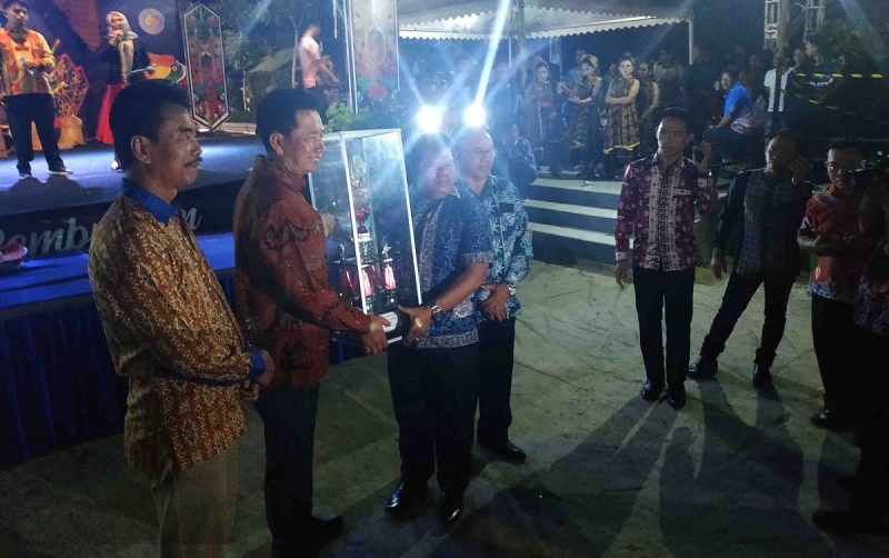 Bupati Barito Utara, Nadalsyah menyerahkan piala juara umum FBIMBT 2019 ke Camat Teweh Tengah.