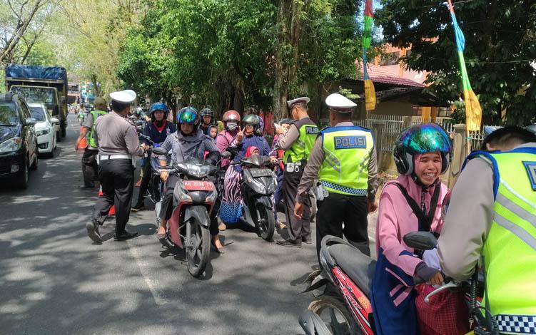 Petugas dari Ditlantas Polda Kalteng memeriksa sejumlah pengendara yang melintas di Jalan Sudirohusodo, Kota Palangka Raya, Selasa, 23 Juli 2019.