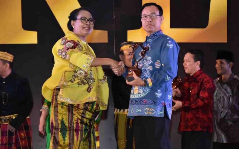 Bupati Katingan, Sakariyas menerima penghargaan Kabupaten Layak Anak.
