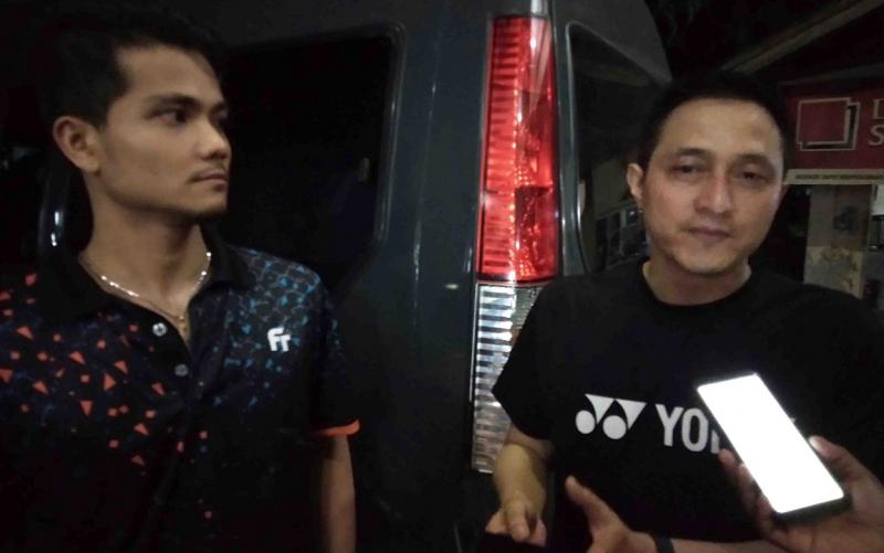Ricky Subagdja (kanan) dan Ricky Karanda (kiri) memberikan keterangan kepada wartawan.