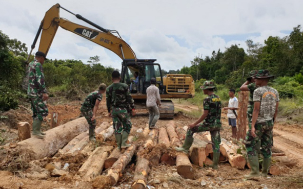 Pembangunan jalan dalam Program TMMD ke-105 di Kelurahan Pangkut, Kecamatan Arut Utara, Kabupaten Kotawaringin Barat.