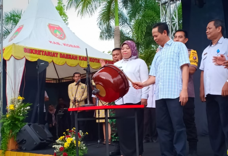 Bupati Kotawaringin Barat Hj Nurhidayah didampingi Ketua DPRD Kobar Triyanto menabuh gendang sebagai tanda dibukanya Festival Kotawaringin Barat Kreatif, Rabu, 24 Juli 2019.