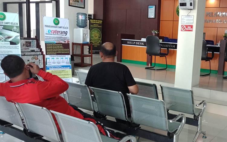 Pejabat Disdik dan DPKAD Kotim saat di Pengadilan Negeri Sampit