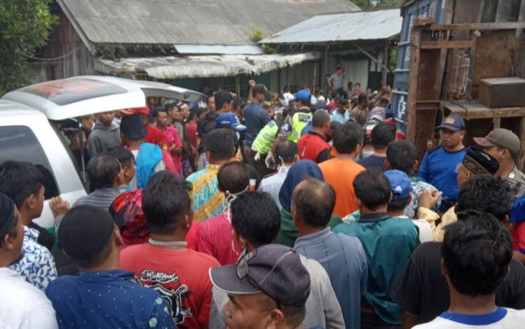 Proses evakuasi jenazah korban yang terhimpit peti kemas dari  truk terguling di Jalan Ahmad Yani, Km 5,5, Pangkalan Bun, Kabupaten Kotawaringin Barat, Jumat, 26 Juli 2019.