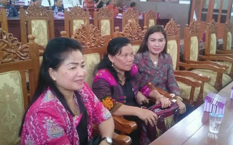 (Kiri ke kanan) anggota DPRD Kabupaten Gunung Mas, Lily Rusnikasi, Reliana, dan Elvi Esie.