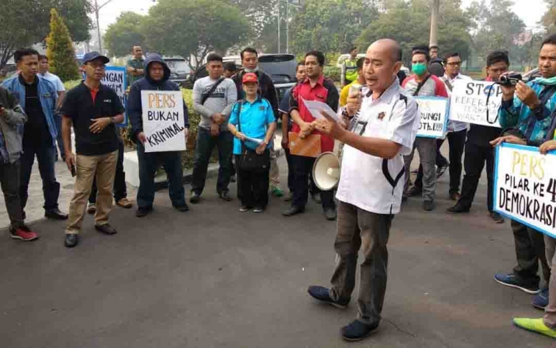 Aksi damai PWI Kalimantan Tengah di PN Palangka Raya, Jumat, 26 Juli 2019.