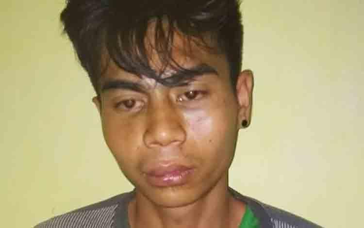 Tersangka Kape Handika saat diamankan setelah melakukan penganiayaan berat terhadap Pengawal Khusus Bupati Barito Utara.