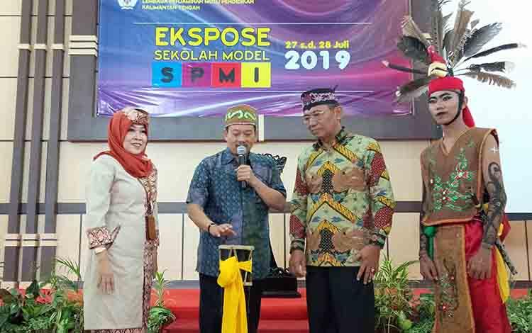 Sekjen Kemendikbud Didik Suhardi (tengah) didampingi Kepala LPMP Kalteng Sukaryanti dan Kadis Pendidikan Kalteng Slamet Winaryo membuka kegiatan Ekspose Sekolah Model SPMI, Sabtu, 27 Juli 2019.