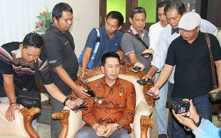 Bupati Barito Utara, saat dimintai keterangan oleh wartawan, Jumat, 26 Juli 2019.