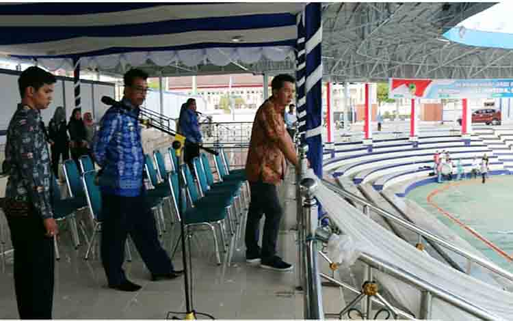 Bupati Barito Utara Nadalsyah didampingi Wakil Bupati Sugianto Panala Putra memantau rena Terbuka Tiara Batara, Kota Muara Teweh yang akan menjadi lokasi upacara peringatan hari jadi ke - 69 Barito Utara pada Senin, 29 Juli 2019.