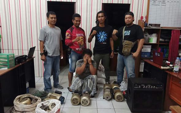 Anggota Satreskrim Polres Seruyan menunjukan pelaku KW (jongkok) bersama barang bukti hasil pencurian, Sabtu, 27 Juli 2019.