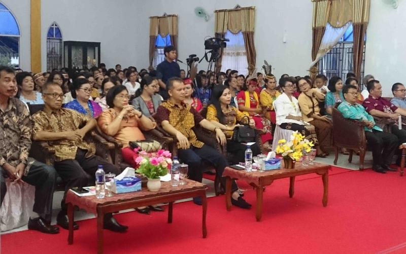 Bupati Gunung Mas, Jaya S Monong dan Wabup Efrensia LP Umbing menghadiri Perayaan Hari Perempuan GKE.