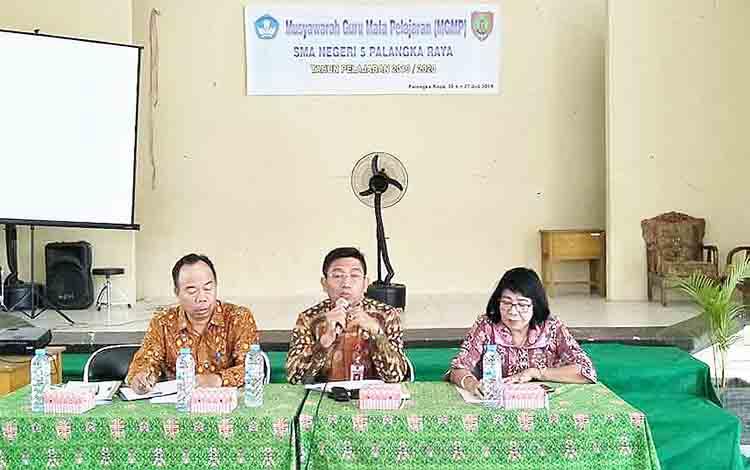 Kepala Dinas Pendidikan (tengah) menghadirjMusyawarah Guru Mata Pelajaran (MGMP) SMAN 5 Palangka Raya.