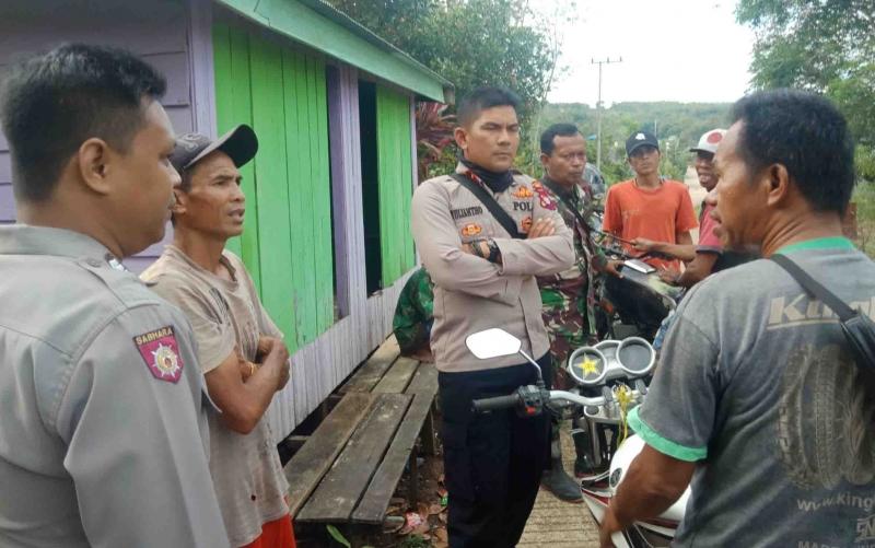 Warga berbincang dengan Kapolsek Murung terkait rencana penutupan jalan PT Indo Muro Kencana.