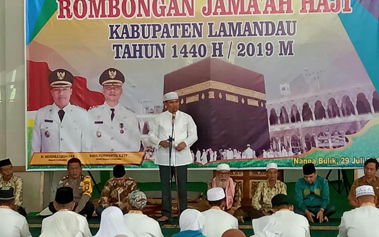 Bupati Lamandau Hendra Lesmana saat saat pelepasan JCH, di Masjid Baiturrahman, Nanga Bulik, Senin, 29 Juli 2019.