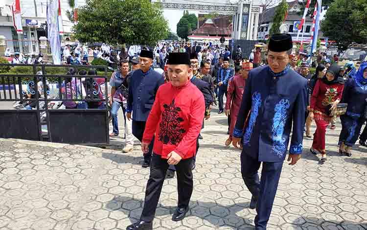 Gubernur Kalimantan Tengah Sugianto Sabran berjalan bersama Bupati Barito Utara Nadalsyah.