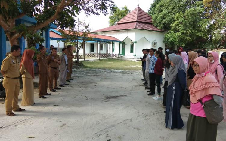 Kepala Dinas Pendidikan dan Kebudayaan Kabupaten Sukamara, Chairuddin saat melepas kontingen Festival Budaya Pelajar tingkat Provinsi Kalimantan Tengah, beberapa waktu lalu.