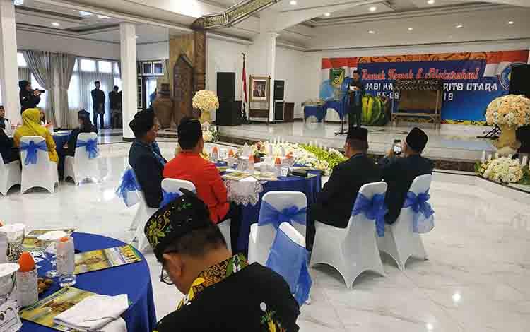 Bupati Barito Utara, H Nadalsyah saat memberikan sambuan apda acara ramah tamah dan syukuran Hari Jadi ke 69 Kabupaten Barito Utara di gedung Balai Antang Muara Teweh, Senin 29 Juli 2019
