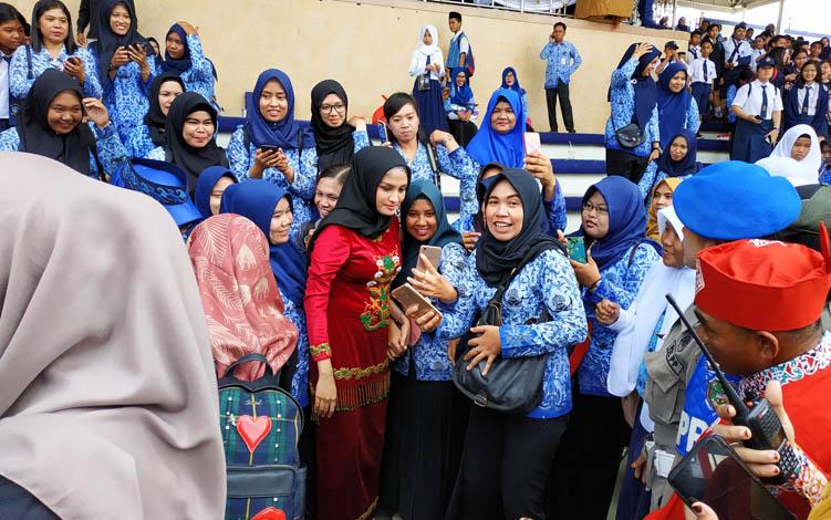 Istri Gubernur Kalimantan Tengah, Yulistra Ivo atau Ivo Sugianto Sabran saat berfoto bersama ASN Pemkab Barito Utara, Senin, 29 Juli 2019.