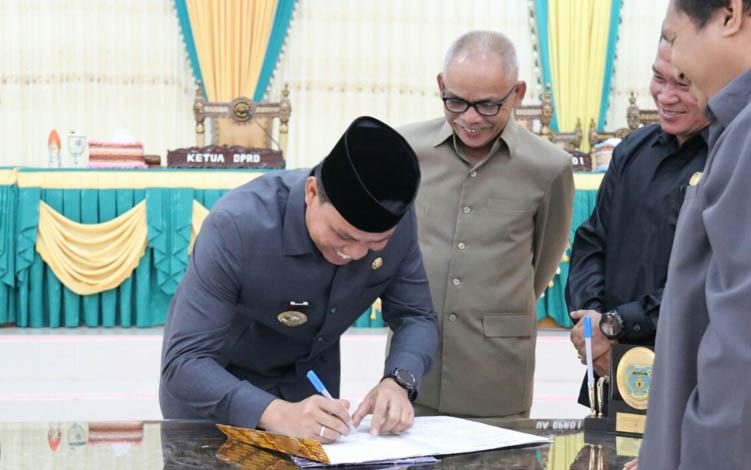 Bupati Hendra Lesmana bersama unsur pimpinan DPRD Lamandau saat menandatangani berita acara persetujuan Raperda Perubahan APBD 2019, Senin, 29 Juli 2019.