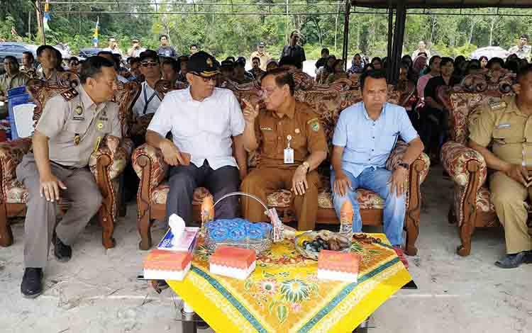 Sekda Barito Utara, Ir H Jainal Abidin saat berbincang bersama Kepala Kantor BPN Wilayah