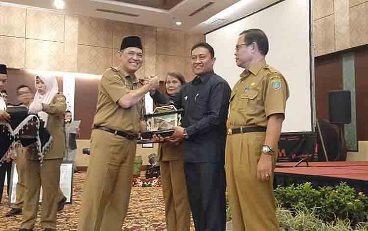 Bupati Pulang Pisau Edy Pratowo saat menerima penghargaan Pulang Pisau sebagai Kabupaten Target Restorasi Gambut Tahun 2018.