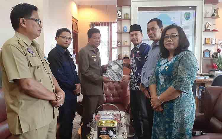 Wakil Bupati Sukamara Ahmadi saat menerima dokumen pengusulan pelantikan calon anggota DPRD terpilih dari Ketua KPU Suakmara Ahmad Zen Alantany, Selasa, 30 Juli 2019.