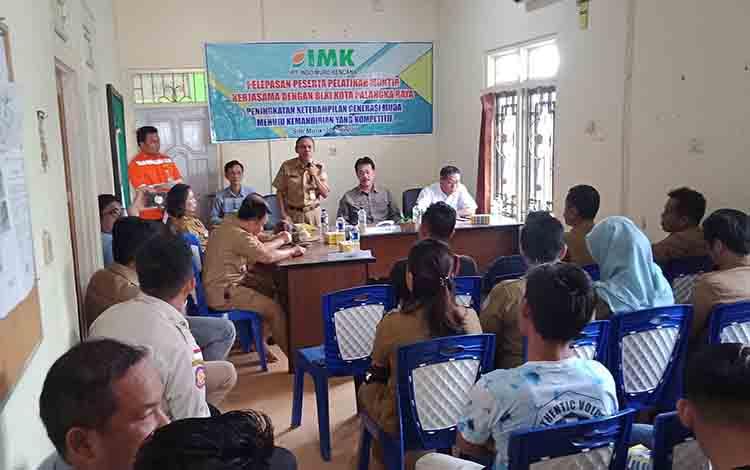 Kepala Disnakertrans Kabupaten Murung Raya Syahrial Pasaribu saat menghadiri pelepasan pelatihan montir di PT IMK, Selasa, 30 Juli 2019.
