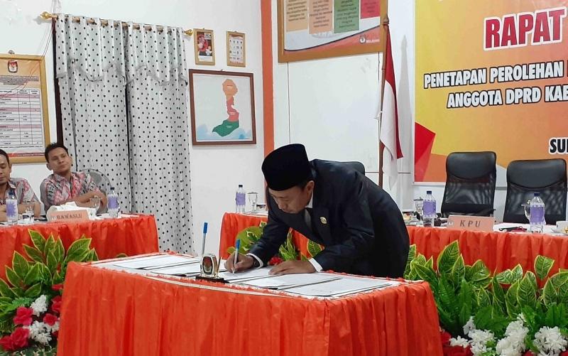 Ketua KPU Sukamara Ahmad Zen Alantany saat menandatangani hasil rapat pleno terbuka, Senin, 29 Juli 2019 malam.
