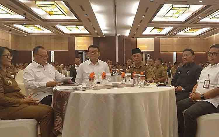 Bupati Pulang Pisau Edy Pratowo duduk semeja bersama Ketua BRG RI Nazir Foead dan Sekda Provinsi Kalteng Fahrizal Fitri beserta sejumlah pejabat pada acara Rakor Restorasi Gambut Tahun 2019.